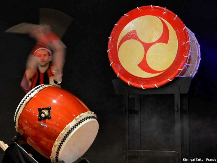 Big Okedo-Daiko in shiny-red. Ø:110cm / h:84cm (3.100€) with traditional stand (650€)